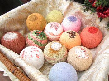 「食用色素」やカラーソルトでキャンディみたいなバスボムに。バスボムを手作りする人向けに「カラージェル」も販売されているようです。