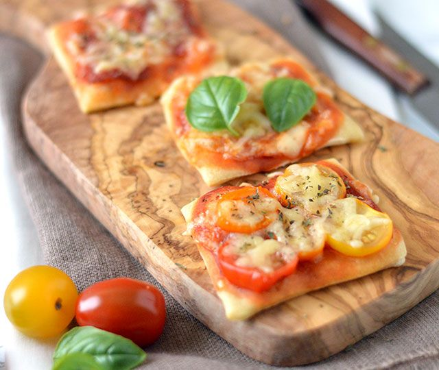Vandaag geef ik je het recept voor 3 x mini pizza. Lekker voor het diner met een frisse salade maar ook perfect als tapas of bite!
