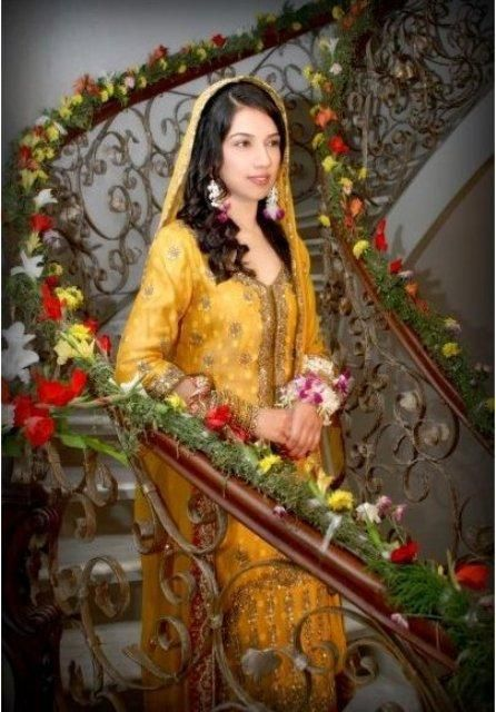Latest Mehndi Dresses Check out more desings at: http://www.mehndiequalshenna.com/