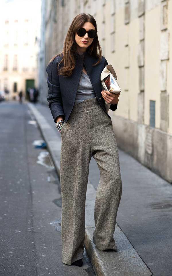 Foto de street style com calça pantalona marrom e casaco estruturado azul marinho