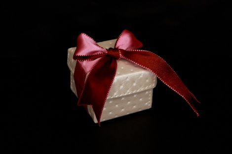 Check out this gorgeous ivory faux #leather #box #favor. It makes a perfect #favour for a #winter/ #summer #wedding.£3.00