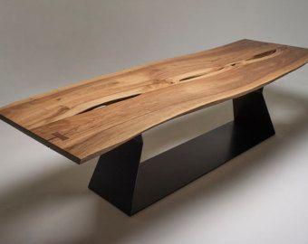 Cette table à manger impressionnante utilise noyer massif, ce qui est solide, stable et résiste à tout rétrécissement et l'enflure. Destiné au sommet les jambes épingle en acier, cette table à manger juxtapose parfaitement la nature et l'industrie. Au coeur de ce bois saigne du clair au foncé avec des tons de chocolat et framboise. Avec un joli mélange de couleurs, nous avons laissé le bois ciré. Nous avons également laisser le grain détermine le bord de cette table offrant une silhouette…