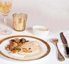 Sauce au foie gras inratablePour 6 à 8 personnes : - 3 oignons doux des Cévennes (ou 3 oignons de Roscoff) - 1 noix de beurre - 140 g de foie gras mi-cuit - 50 cl de bouillon de volaille (maison ou reconstitué) - 2 c.à soupe de crème épaisse (facultatif) - Sel et poivre du moulin