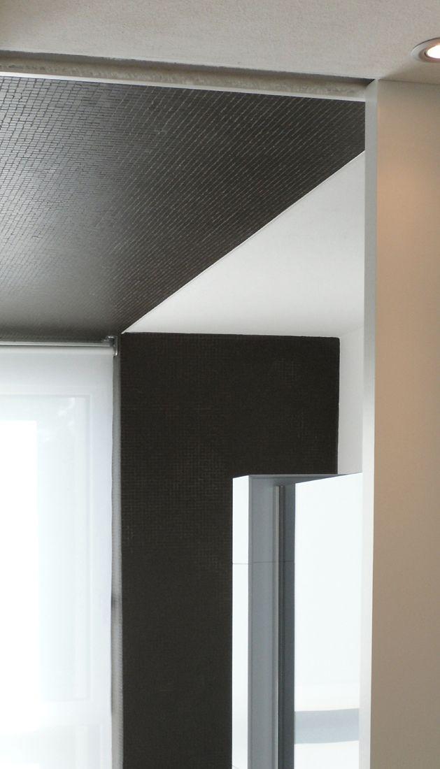 UN BAGNO IN SINTONIA CON LA CASA: grandi aperture sull'esterno, intere pareti a specchio che celano mobili contenitori, micro mosaici abbinati a piastrelle dai grandi formati e mobili fluttuanti, tutto per sottolineare leggerezza e permeabilità. Progetto www.gariselliassociati.it