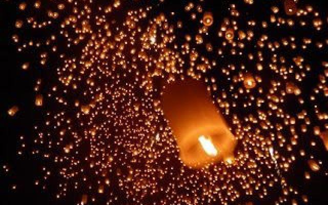 primo impatto con l'asia: thailandia-parte seconda la festa dei loy kratong in thailandia: il lancio di centinaia di lanterne di carta che salgono al cielo portando i desideri e le speranze per il nuovo anno. i fuochi d'artificio, i petardi e i gavet