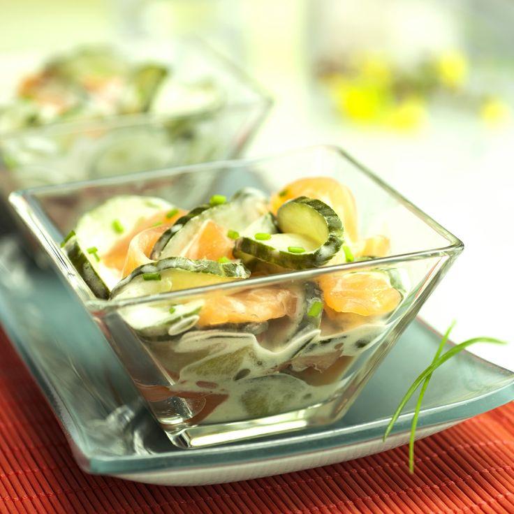 Pour changer, disposez la #salade de #concombre au fromage blanc dans des #verrines avec des dés de #saumon et de la #ciboulette. C'est facile et ça fait de l'effet ! #SurprenezVous  Retrouvez la recette complète ici  http://www.bonduelle.fr/recettes/verrine-de-concombres-au-fromage-blanc-et-saumon