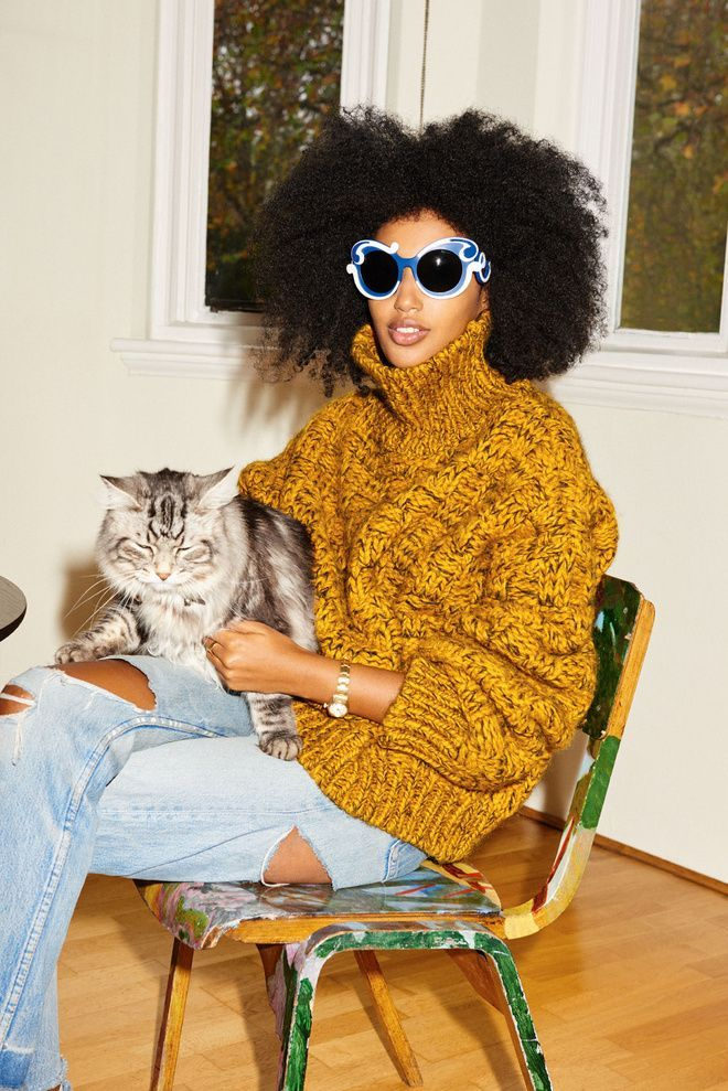 Julia Sarr-Jamois en pull à col roulé, coupe afro et lunettes de soleil