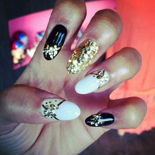 zendaya-nails-gold-sequins