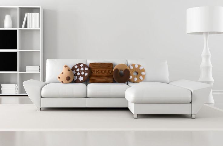 Continua ad essere il suo diet-coach preferito scegliendo i cuscini biscotto, squisitamente decorativi per il divano di casa, senza aggiungerle alcun apporto calorico extra, D-Mail (tutti € 35, cuscino Rigoloso € 49)  -cosmopolitan.it