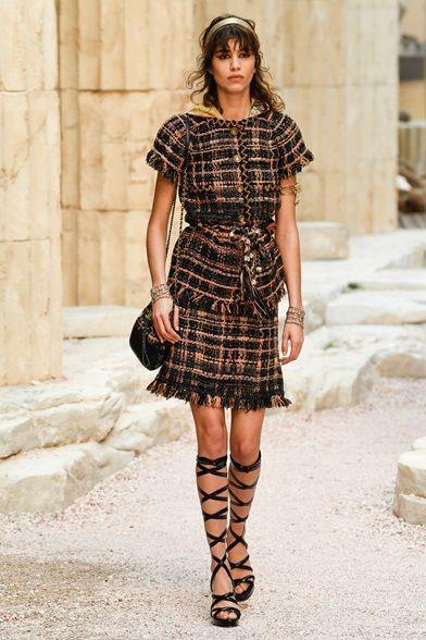 Guarda la sfilata di moda Chanel a Parigi e scopri la collezione di abiti e accessori per la stagione Pre-collezioni Primavera Estate 2018.