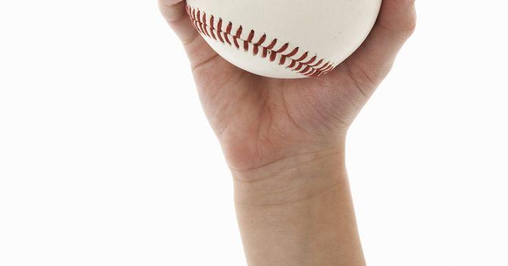 Reglas de softball de lanzamiento lento. El softball de lanzamiento lento es un pasatiempo estadounidense que puede ser disfrutado por todas las edades. Las ligas están formadas por niños, hombres, mujeres y equipos mixtos. Las reglas difieren del béisbol y softballl de lanzamiento rápido, así que mantenerte en el camino de las normas puede ayudar a mantener tu juego de softball con ...