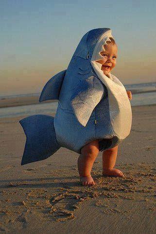 bebé disfrazado de tiburon