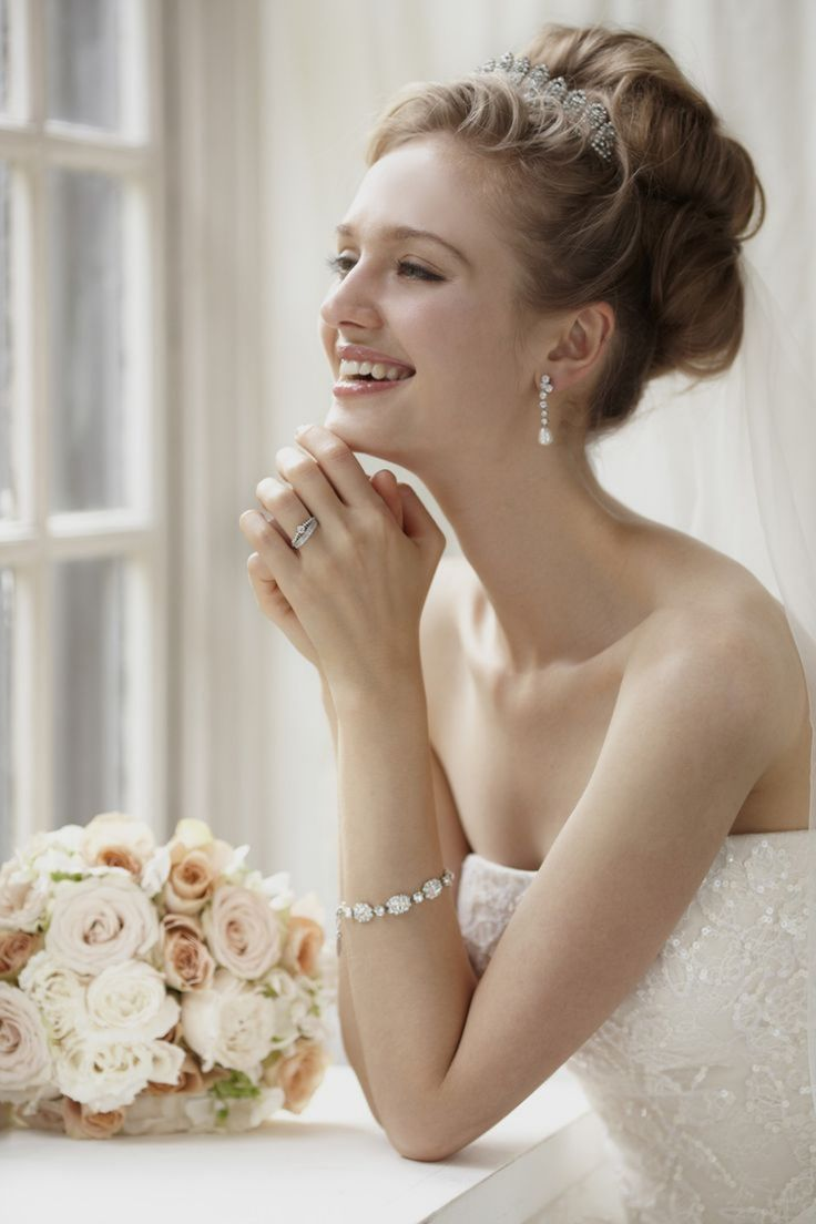 Hochsteckfrisur mit Diadem zum schulterlosem Brautkleid