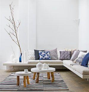 !! 2 tafeltjes (vb. ikea stockholm), tapijt, laag hangende lamp erboven (zie foto verder), losse verschillende stoeltjes errond (oa die rieten, met mooi kussen erin)