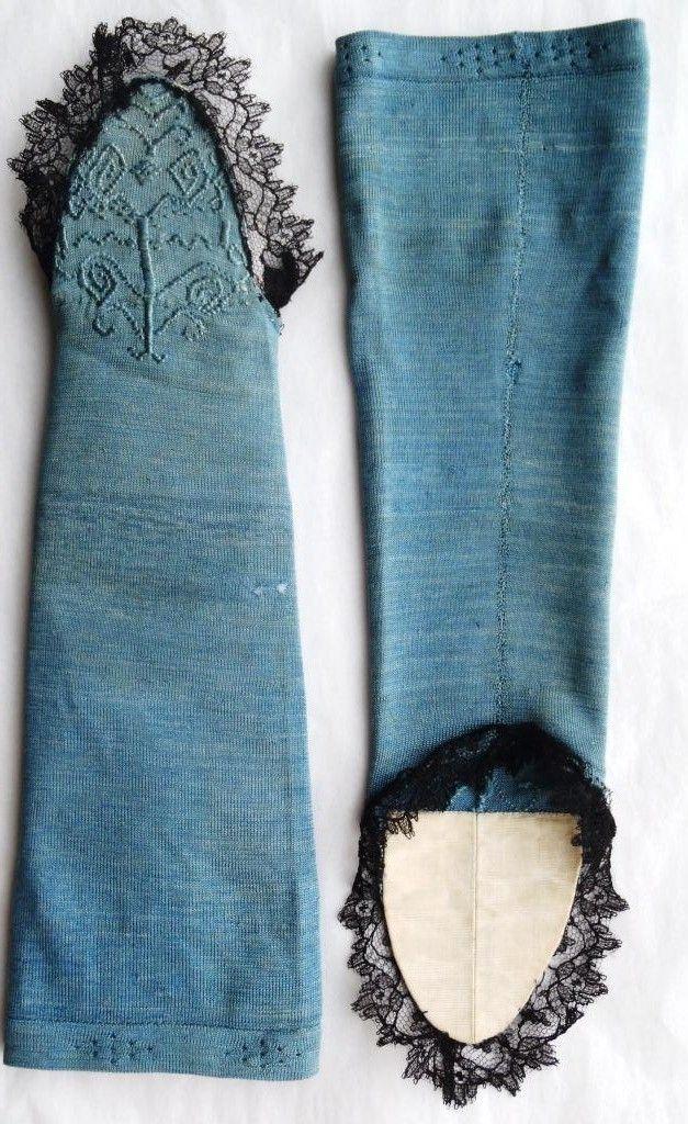 1750-1800 Zijden mitaines, machinaal tricot breiwerk met opgeborduurde motieven op de punt. Gevoerd met witte zijde, afgezet met zwarte kant van later datum. Zaans Museum Zaandam, zov-02738 . Vergelijk paar Rijksmuseum Amsterdam BK 1978-374