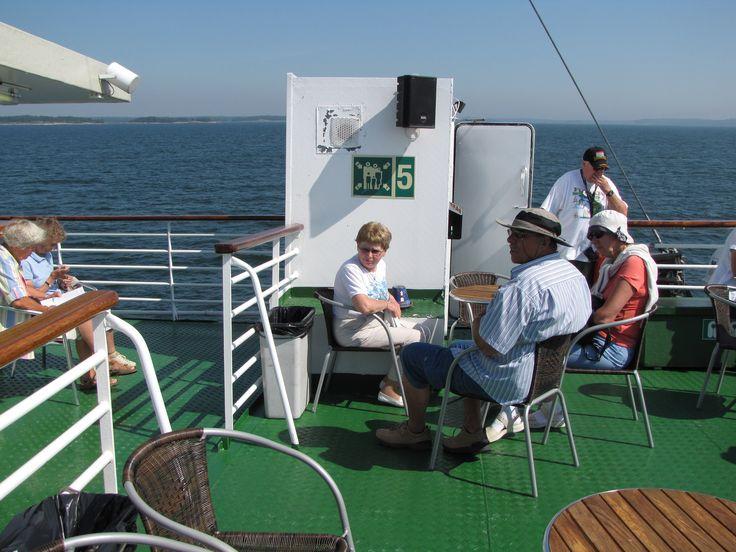 Se oli niin kuuma kesä että missäs sitä mieluummin viettäisi kuin vilvoittavalla laivan kannella (Keisareiden kesäreitti 2010)