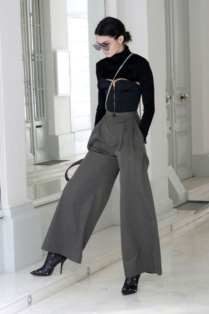 Kendall Jenner stepped out in Paris wearing a super-cropped black turtleneck that skimmed the top of her black corset top, plus flowing olive green trousers and black ankle boots. Kendall Jenner Outfits, Kendall Jenner Mode, Look Fashion, Fashion Outfits, Womens Fashion, Latest Fashion, Fashion Tips, Fashion Clothes, Girl Fashion