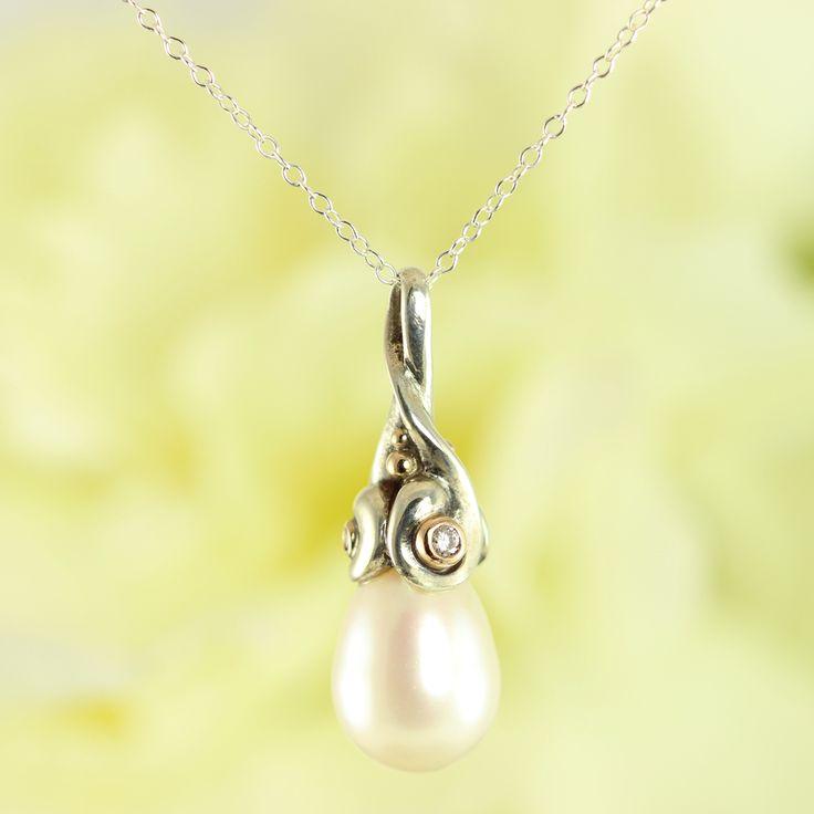 Galleri Castens - Drops - pendant with pearl and diamonds