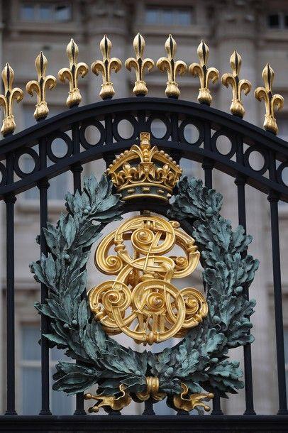 London: Gate to Buckingham Palace