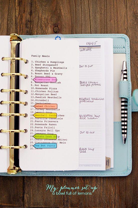 Planificación de menús en un planificador a través de un cuenco lleno de limones