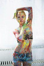 """Новокузнечане обратили внимание на необычную барышню, разгуливающую по городу """"под прицелом"""" фотоаппарата. Девушка, с ног до головы обрызганная разноцветной краской, что и не удивительно, оказалась главной героиней фотосессии """"Добавь красок в свою жизнь!""""."""