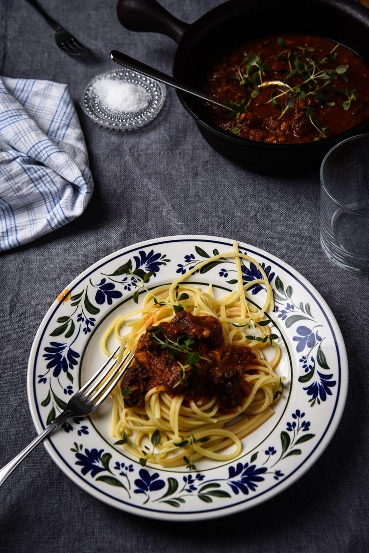 Detta är en favorit i familjen, högrevsbolognese med pasta och maaaaaassor med parmesan. I tryckkokaren tillagas den på 75 minuter, jämfört med ca 4 timmar i vanlig kastrull. Enorm skillnad! Det hä…