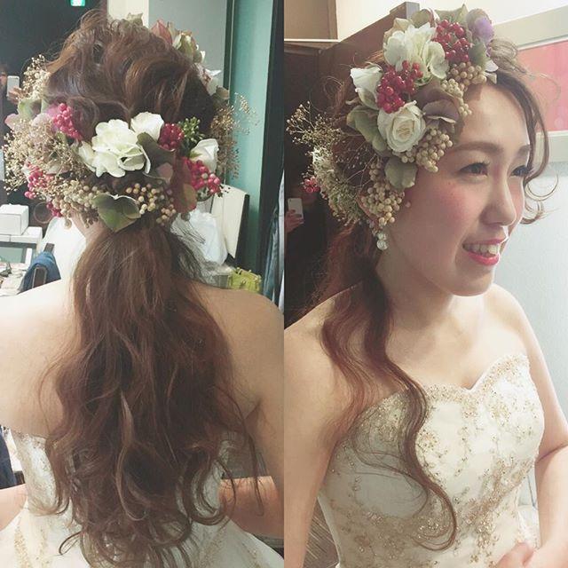 * * happy ♡ wedding * * 今日は名古屋で 1.5次会のhair&makeでした * * 生花はバランスをみて 一つ一つ髪にあしらって いきます♡ * * #ヘアアレンジ #コーデ #ウェディング #マリhair