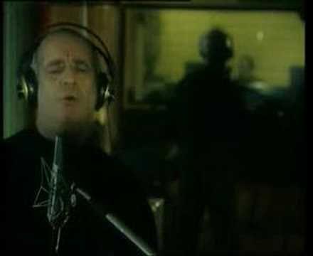 Ρόζα - Δημήτρης Μητροπάνος / Roza - Dimítris Mitropános    Στίχοι: Άλκης Αλκαίος  Μουσική: Θάνος Μικρούτσικος  Πρώτη εκτέλεση: Δημήτρης Μητροπάνος    Τα χείλη μου ξερά και διψασμένα  γυρεύουνε στην άσφαλτο νερό  περνάνε δίπλα μου τα τροχοφόρα  και συ μου λες μας περιμένει η μπόρα  και με τραβάς σε καμπαρέ υγρό    Βαδίζουμε μαζί στον ίδιο δρόμο  μα τα κελιά μας είναι χωριστά  σε πολιτεία μαγική γυρνάμε  ...