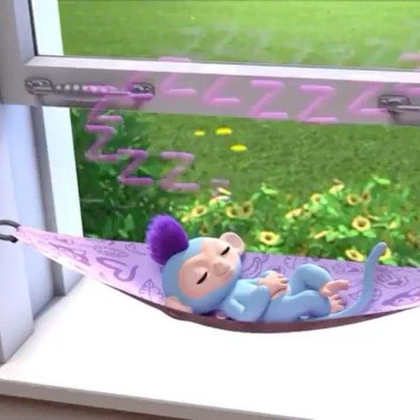 El juguete que está de moda! Monitos Fingerlings son una colección de tiernos monitos de colores que se cuelgan de tu dedo para que les mimes y juegues con ellos. Con sensores táctiles y micrófono los monitos Fingerlings reaccionan a tus movimientos. Dales mimos juega y diviértete con ellos haciendo el mono! 6 modos de juego Monitos Fingerlings se caracterizan por contener 2 sensores táctiles en la cabeza y 1 micrófono en su hocico lo que les permite disponer de 6 modos de juego. Así lánzale…