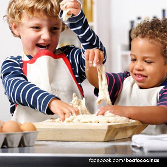 Deja que los pequeños se diviertan en la cocina.
