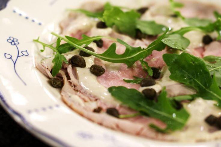 Wellicht de meest verrassende combinatie uit de Italiaanse keuken is 'Vitello tonnato'. Wie het bedacht heeft om kalfsvlees met tonijn te combineren, is Jeroen een raadsel. Maar, het is een sublieme 'primo piatto'!