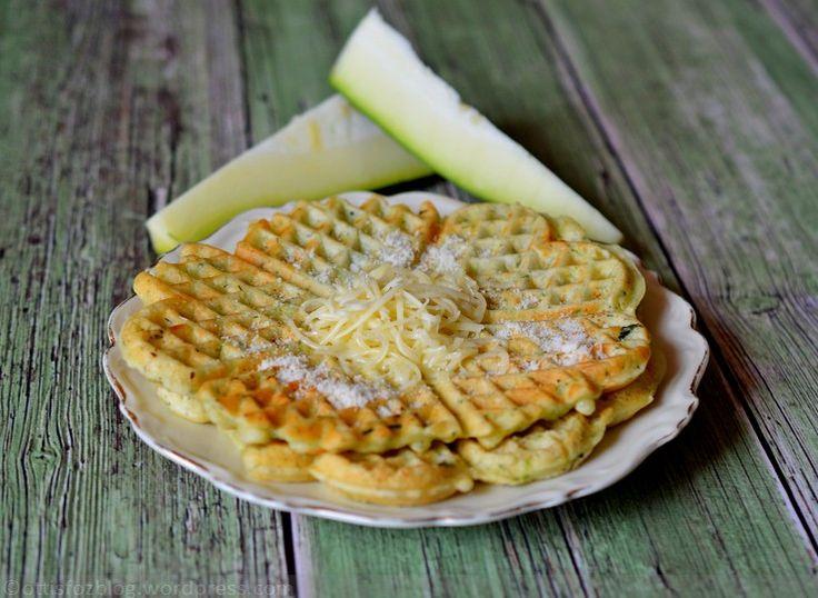 Cukkinis sajtos gofri. Egyszerű és ízletes falatok cukkiniből. Nem csak édesen jó a gofri. Cukkinis sajtos gofri Hozzávalók: 25 dkg cukkini ( héjastól reszelve), 20 dkg liszt, 1/2 csomag sütőpor, 2 tojás, kb 2 dl tej, 6…