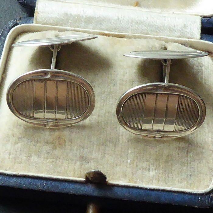 Paar antieke zilveren manchetknopen in Art Deco stijl ca.1900  Antieke zilveren manchetknopen in fraaieArt Deco stijl.Een manchetknoop heeft ooit een repartie gehadaan de achterkant.Ze zijn in goede en mooie staat.Wordt aangetekend verzonden  EUR 35.00  Meer informatie