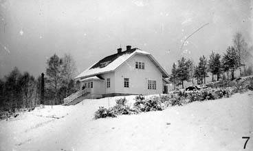 "Valkoinen talo ""white house"" during winter."