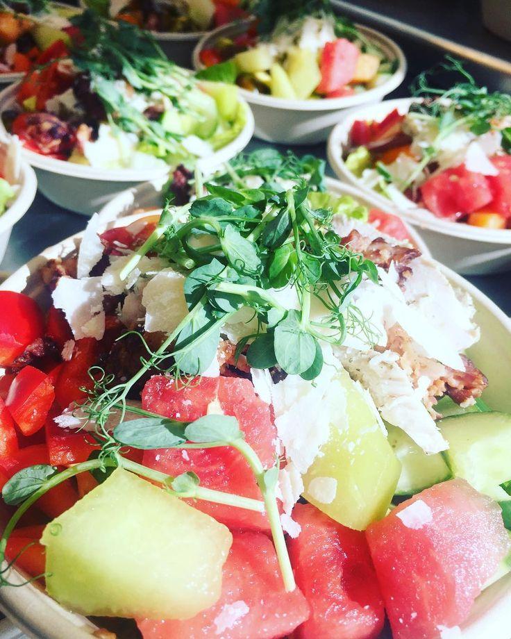 Hej kära kunder! Dagens sallad är idag med kyckling och tortellini samt melon och blandade grönsaker!  Öppettider 8-16! Välkomna