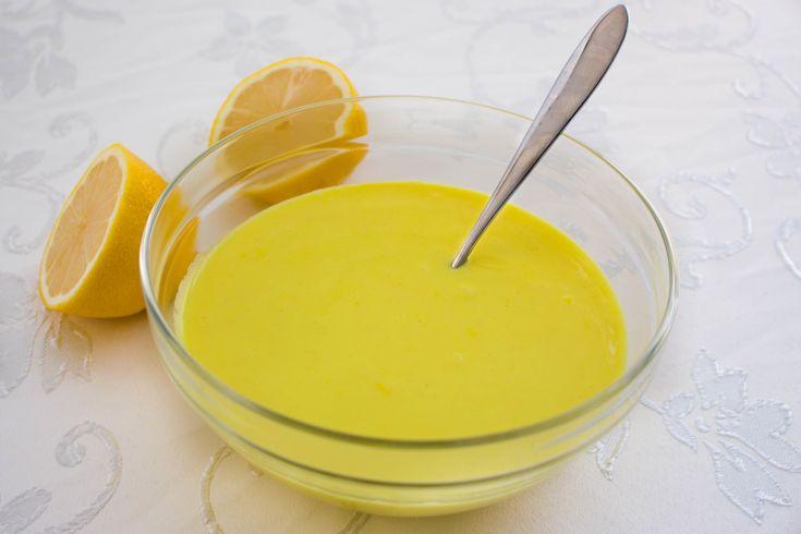 En enkel citronsås som sätter färg och smak på fisken. Jag serverar gärna såsen med mandelfisk. Ca 6 portioner citronsås 15 g smör 3,5 msk vetemjöl 5 dl mjölk 4-5 msk citronsaft från färsk citron Salt & peppar efter smak 0,5-1 tsk gurkmeja (ger såsen en härlig gul färg) Gör såhär: Smält smöret och fräs mjöl och gurkmeja några sekunder. Du kan utesluta gurkmejan, men då får du en vit sås. Tillsätt mjölk, salt och peppar, koka upp såsen under omrörning. Låt sjuda långsamt i 2-3 min. Pressa ...