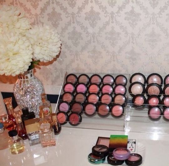 What a great way to store blushes or eyeshadows!
