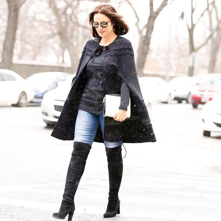 """Elas surgiram na década de 60, em meio a uma revolução, onde as minissaias   e vestidos tiverem seus comprimentos diminuídos, e as botas apareceram para   não deixar as pernas à mostra. Já faz um tempo que elas estão na moda e   nesta temporada vêm novamente como uma das peças-chave do guarda-roupa.  Ainda surgem dúvidas de como usar a tendência, aproveitei o tempo frio   durante a NYFW para mostrar como explorá-la nos looks. A bota over the   knee,mais conhecida como bota """"acima do…"""