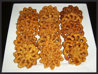 Elk jaar met de ramadan krijg ik weer verzoekjes voor recepten van shebakia, DE traditionele Marokkaanse honingkoekjes voor in de ramada...