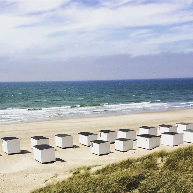 Sommer  #løkken #summer #strandhuse #sort #hvidt #architecture #beach #jylland #vesterhavet #vamosalaplaya by sofiemarcuss