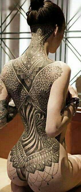 La bellezza di un corpo avvolto da un tattoo designs
