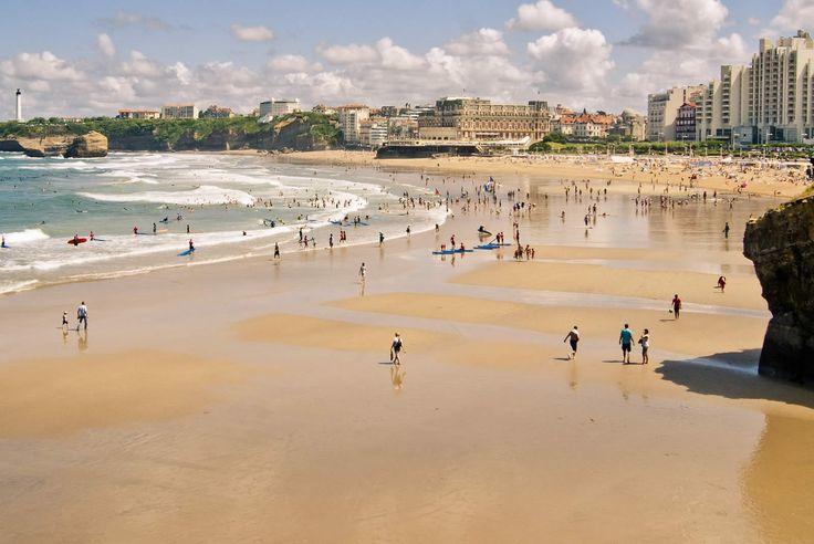 Direction Biarritz. On a une devinette pour vous : Mes vagues font de moi, le spot de référence du surf ; Napoléon III y a fait construire un palais pour sa bien aimée Eugénie ; Roses, bleus, ou blancs, les massifs d'hortensias sont les plus beaux de France. Alors ?