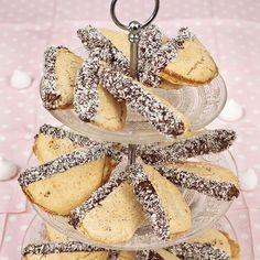 Läckra kakor doppade i choklad och kokos.