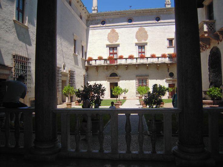 Il giardino interno, alle nostre spalle c'è la bellissima Loggia del Romanino