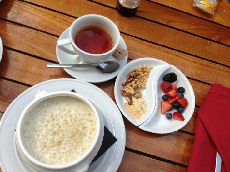 Aamiainen oman maun mukaan hotellilla ennen päivää kaupungilla. Solo Sokos Hotel Palace Bridge paikassa Санкт-Петербург