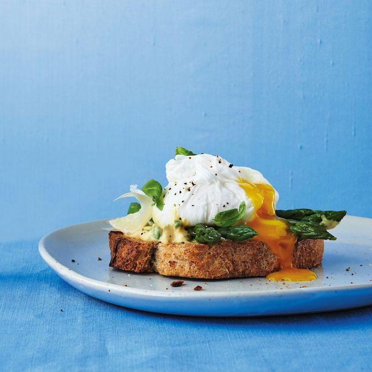 Tartines aux asperges et œuf poché