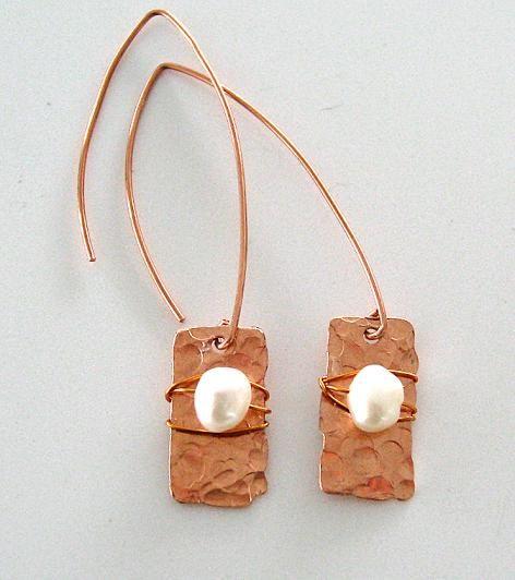 Örhängen av koppar med sötvattenpärlor. Earrings made of copper and fresh water pearls