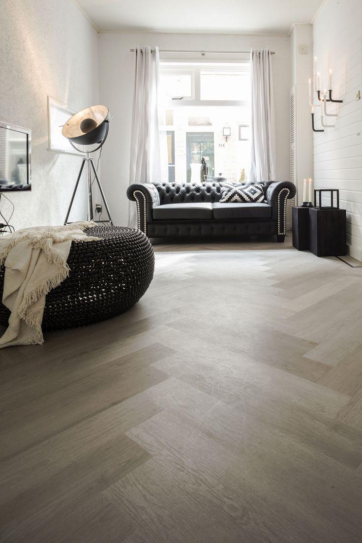 De visgraat vloer is terug van weggeweest en helemaal hip! Dit vloerpatroon past bij vele woonstijlen en zorgt voor een sfeervol en unieke uitstraling. #visgraat #PVC #trend #carpetright #inspiratie #inspiright #patroon #interieur #vloer #berryalloc #interior #living #home #white #nordicliving