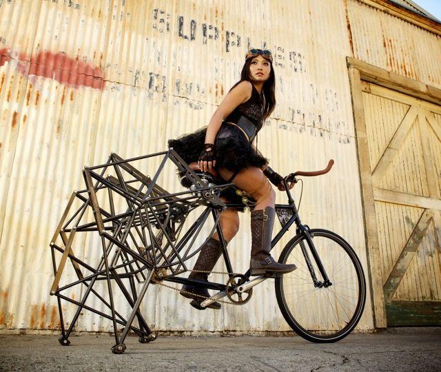 オランダのアーティスト テオ・ヤンセン(Theo Jansen)氏が製作している風力で動作する「ストランドビースト(StrandBeest)」から発想を得ており、後輪のホイール部分に複数の足が取り付けられた自転車。ストラ...