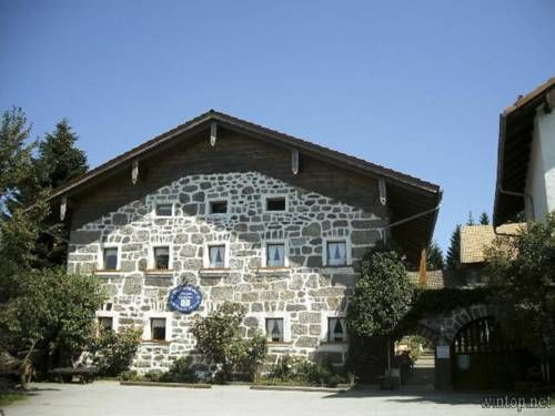 Pension und Ferienwohnungen Pferdehof-Haug Freyung Pension und Ferienwohnungen Pferdehof-Haug is situated in Freyung, 26 km from Passau. Bodenmais is 42 km away. Free private parking is available on site.  All units have a seating area.
